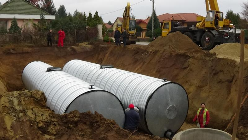 Toronydaru segítségével emeltek be két darab 50 köbméteres csapadékvíz tárolót a Kökény utcán