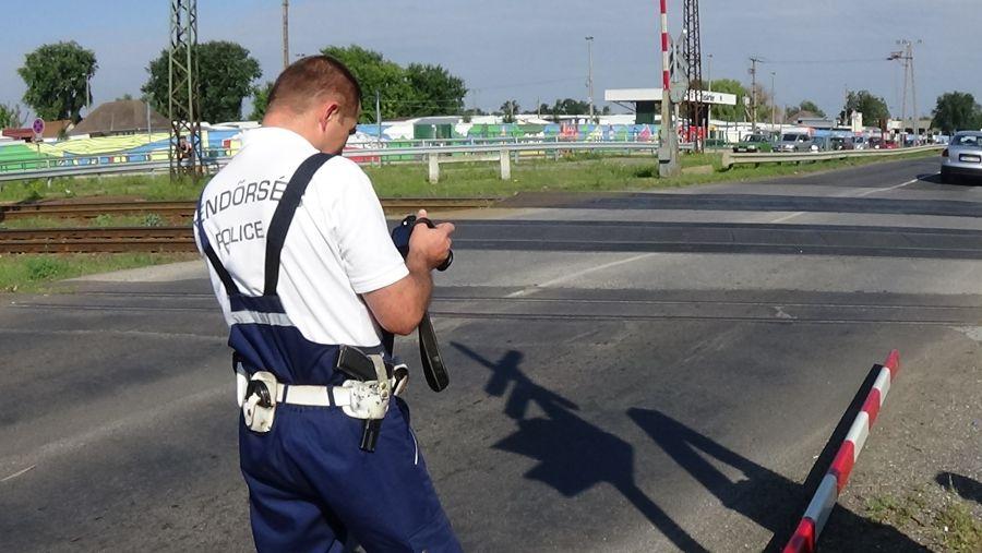 Vasúti csapórudat tört le egy jármű a Tokaji úton