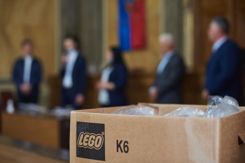 Védőszemüveg a LEGO-tól az önkormányzat részére