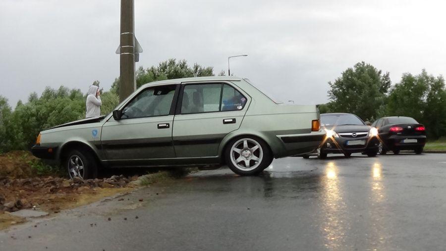 Villanyoszlopnak ütközött egy autó kedd este a Törzs utcán