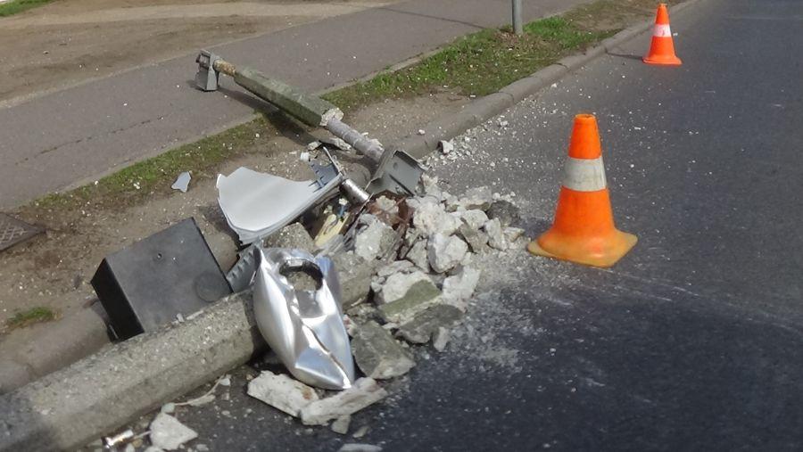Villanyoszlopot törtek a Kossuth utcán