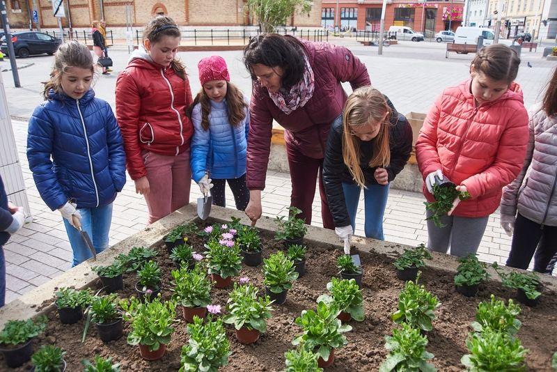 Virágültetés iskolásokkal