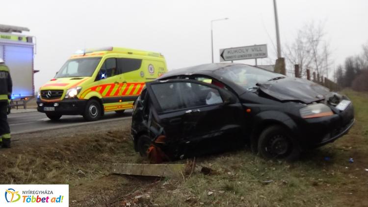 Hárman megsérültek – Árokba hajtott, majd kerítésbe csapódott egy autó Nagykállónál