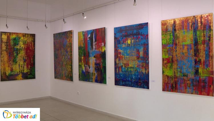 Fénnyel és arannyal címmel nyílt kiállítás Nyíregyházán – Absztraktok a Pál Gyula Teremben
