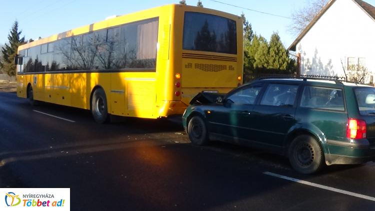 Álló autóbusznak ütközött egy személygépkocsi a Kemecsei úton