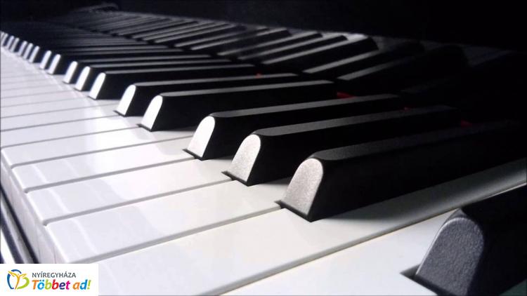 Várnagy Andrea és Farkas Lili négykezes zongorakoncertje a Bethlen Gábor Iskolában