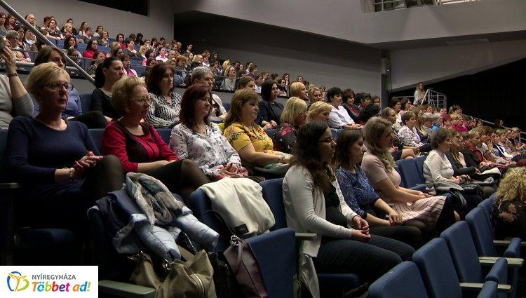 Városi Nőnap Nyíregyházán – Dr. Kovács Ferenc köszöntötte a VMKK-ban összegyűlt hölgyeket