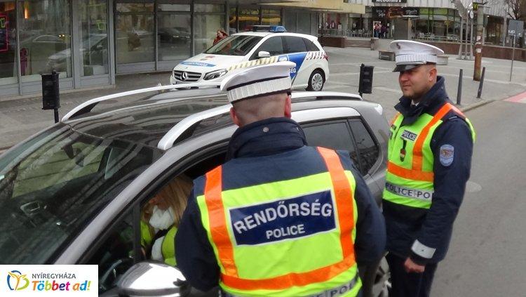 Virággal köszöntötték a szabályosan közlekedő hölgyeket a nyíregyházi rendőrök