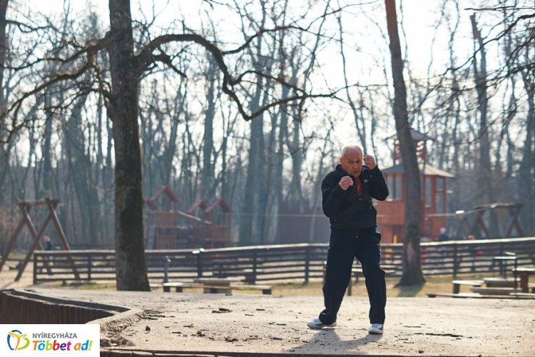 Saját edzésprogramja van a hetvenkét éves Feri bácsinak - Követendő a példája