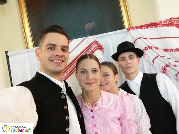 Díjeső a  Szabolcs Néptáncegyüttes táncosainak a Szólótáncversenyen