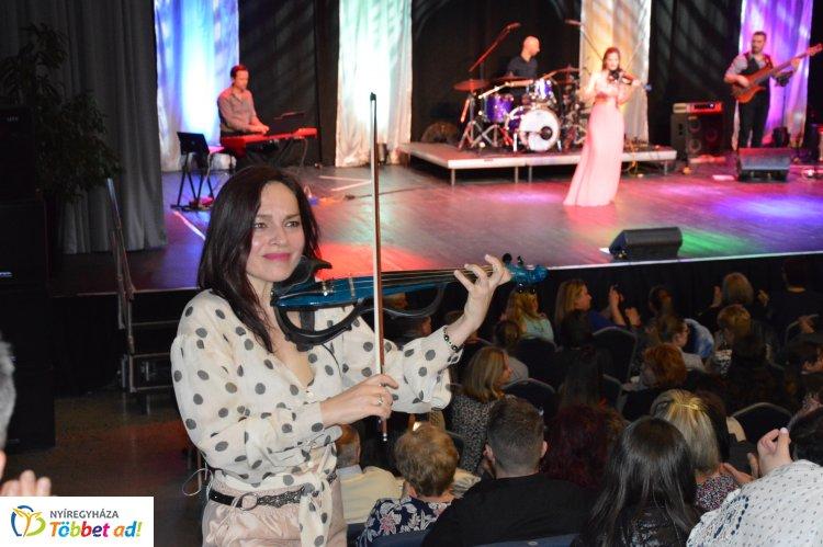 Teltház előtt lépett színpadra a Princess szombaton a Váci Mihály Kulturális Központban