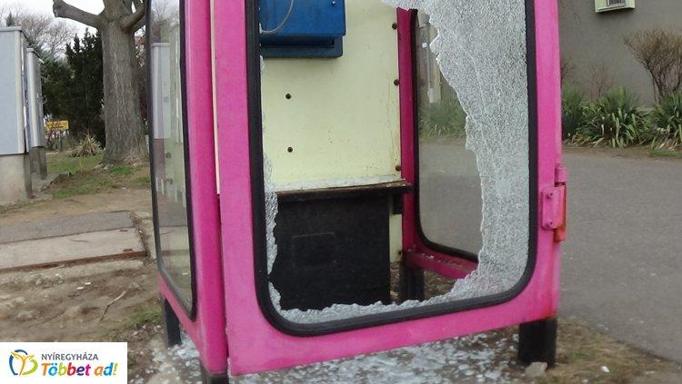 Telefonfülkét törtek – Ismeretlen tettesek rongáltak a Búza téren