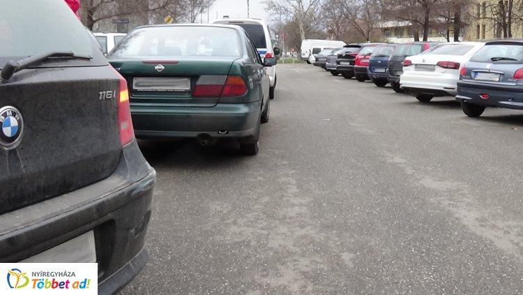 A kórház parkolójában történt baleset – Figyelmetlenül tolatott, karambolt okozott