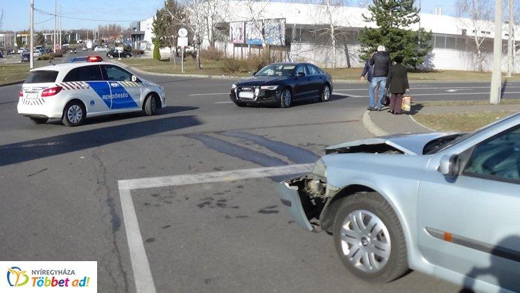 Forgalmas bevásárlóközpont parkolójában történt baleset a Pazonyi úton
