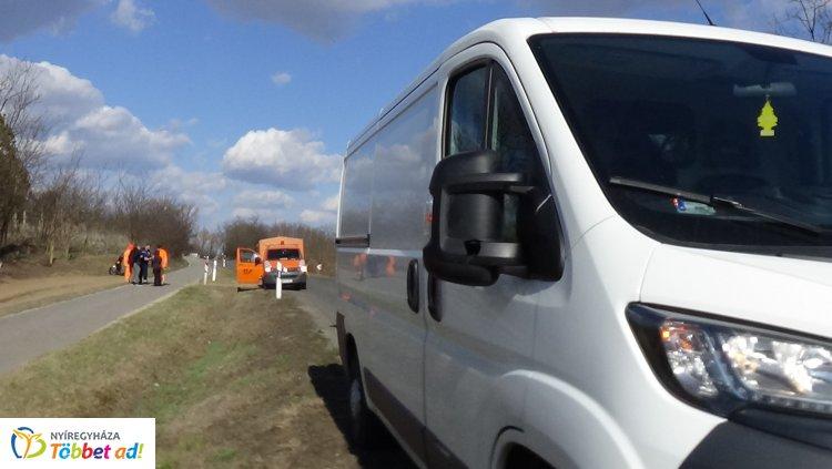 A Magyar Közút szemétgyűjtő autójának tükrét sodorták le Nyírturánál