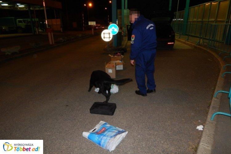 Kábítószer a tiszabecsi határátkelőhelyen – Szolgálati kutya találta meg a csomagot