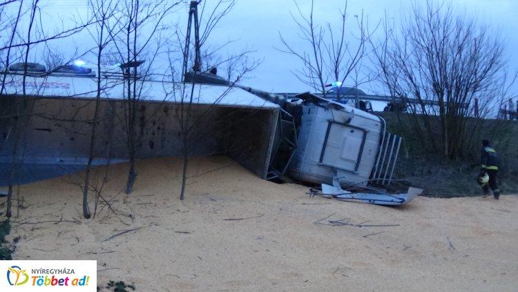 Több mint 24 tonna kukoricával borult árokba egy terményszállító kamion