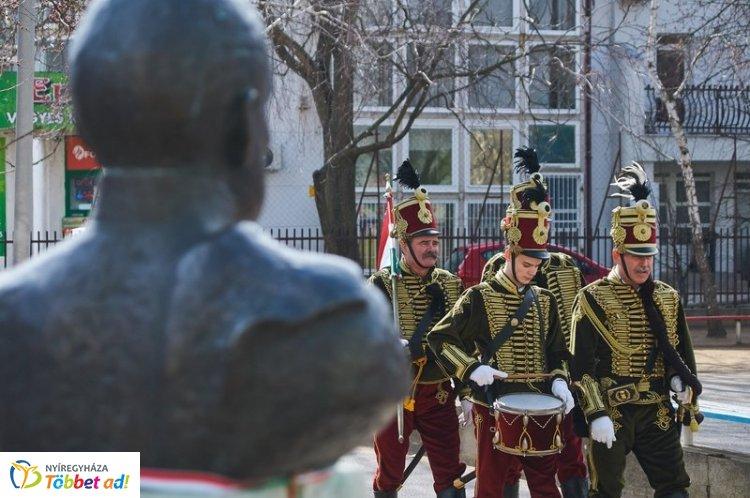 """""""Hősökről – hősöknek"""" címmel honvédelmi hetet tartottak a Bem József Általános Iskolában"""