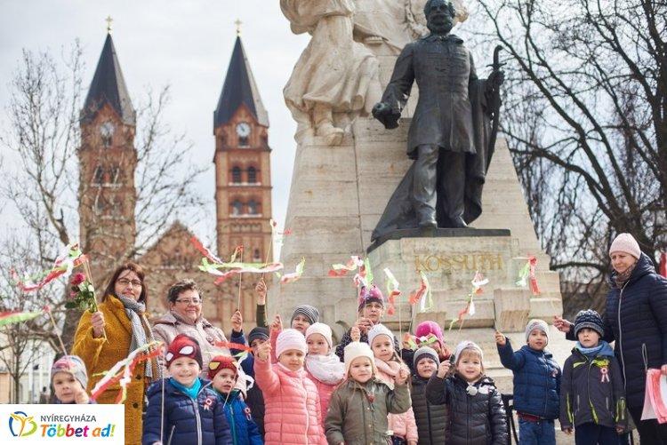 Zászlókkal és kokárdákkal érkeztek az óvodások Nyíregyháza főterére