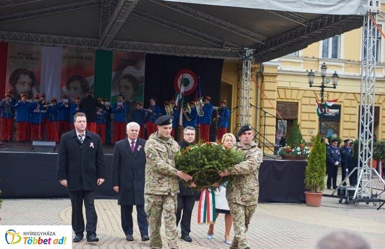 Koszorúzás zárta az ünnepi megemlékezést Nyíregyházán, a Kossuth téren