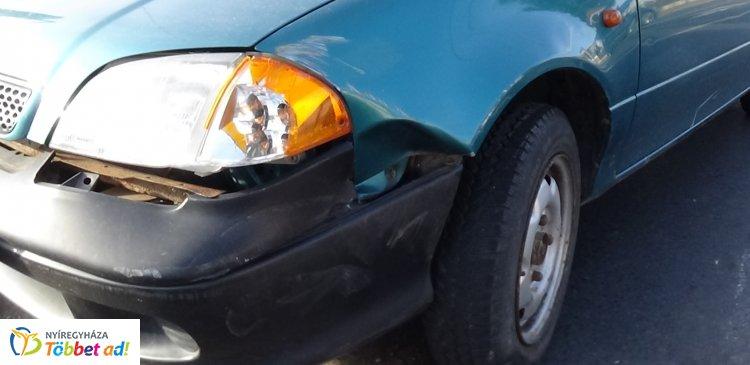 Vélhetően szabálytalan sávváltásból adódó baleset történt a csomópontban