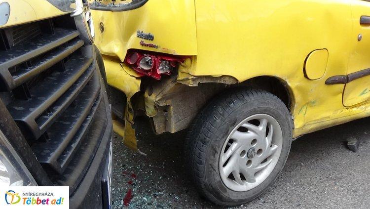 Négy személygépkocsi ütközött - a balesetben egy ember megsérült