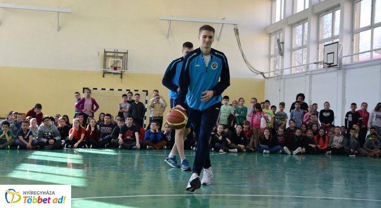 Népszerűsítették a kosárlabdát - toborzót tartott a Nyíregyháza Blues Sharks