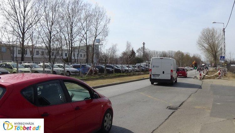 Jelzőlámpás irányítás - Hosszabb menetidővel számoljanak a Tünde utcán közlekedők!