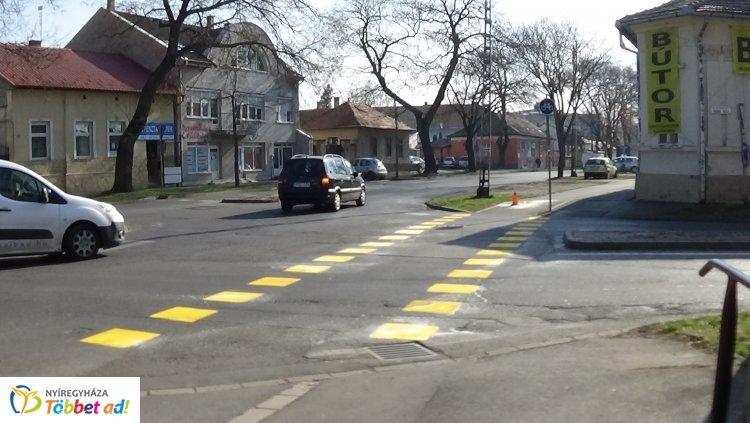 Megújultak a burkolati jelek a Szent István utcán, a munkálatok hétvégén is folytatódnak!
