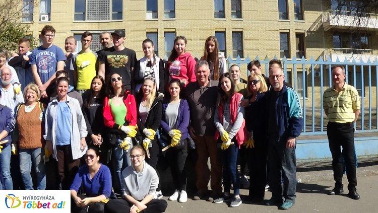 Kórházi kerítést festettek – Önkéntesek és diákok segítettek a Lions Club tagjainak