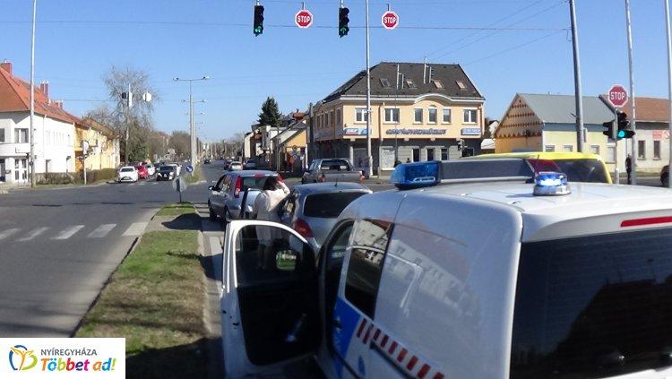 A Szegfű utcán történt baleset, szabálytalan kanyarodás okozta a karambolt
