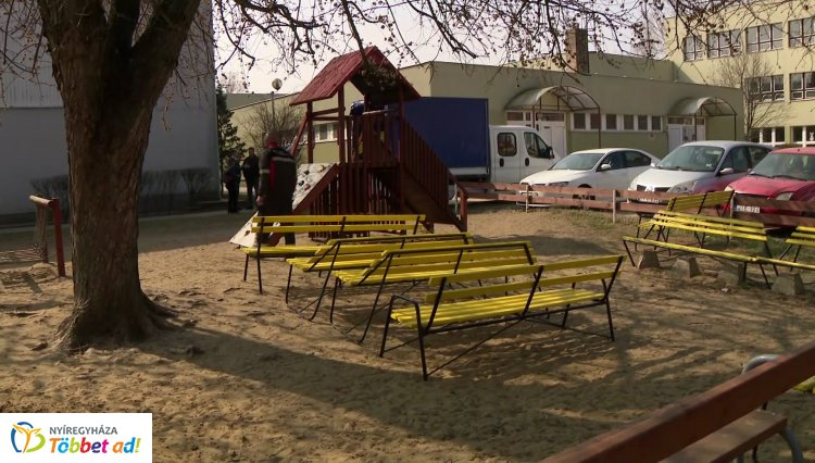 Felújították a közterületekről ismert sárga padokat – Közel 70 pad újult meg!