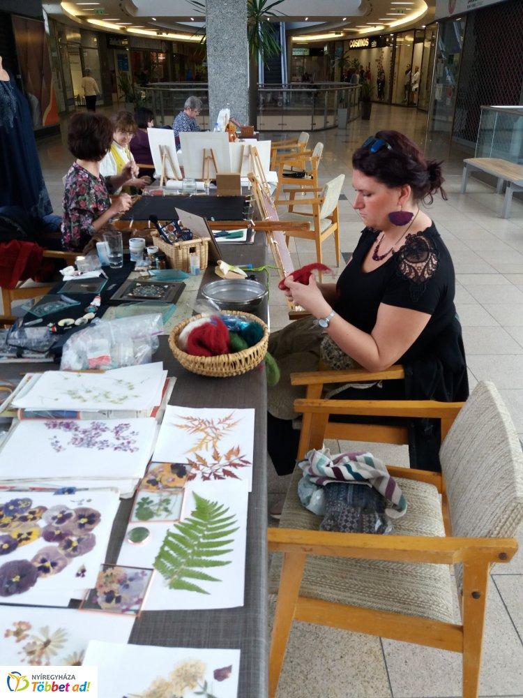 Ünnepeltek a Korzó Galéria kézművesei – Ékszerek, selymek, mandalák készültek