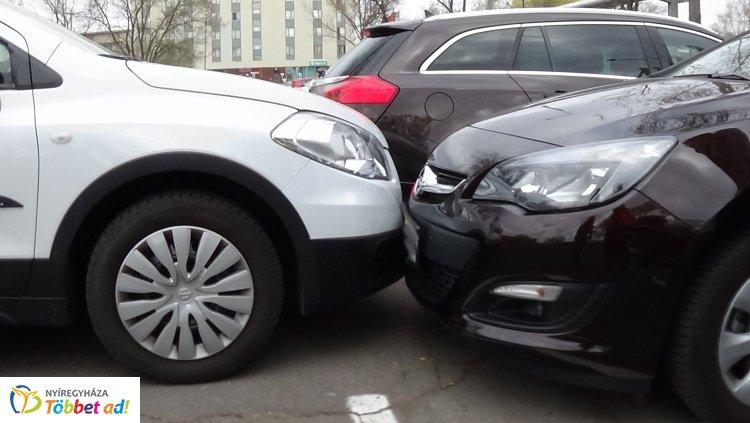 Elfelejtette behúzni a kéziféket, parkoló autónak ütközött a stadionnál