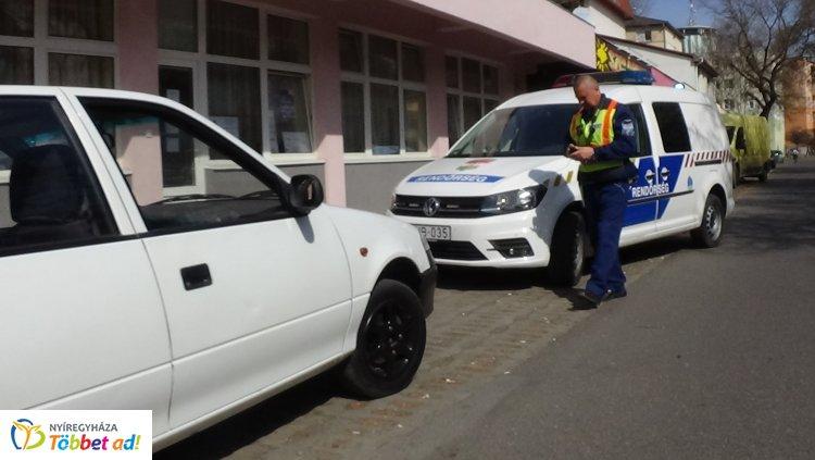 Parkoló járműnek ütközött, majd elhajtott a helyszínről egy sofőr a Vécsey utcán