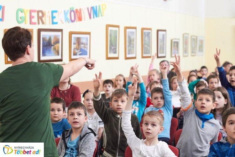 Medvés könyv bemutató a könyvtárban - ma van a Nemzetközi Gyermekkönyvnap