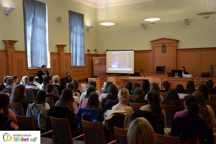 Térfigyelő kamera által rögzített felvételt nézhettek a diákok a tárgyaláson