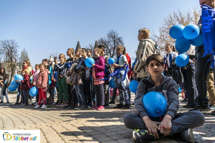 Április 2-a az Autizmus Világnapja – Kék szalagokkal és léggömbökkel vonultak Nyíregyházán