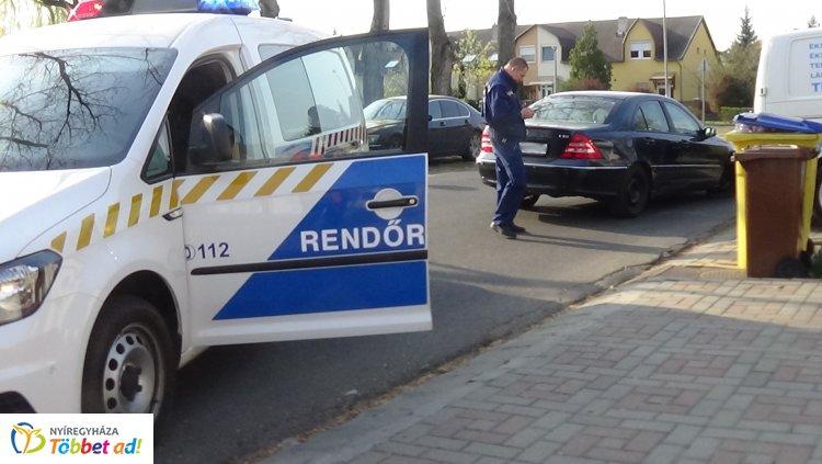 Baleset a Törpe utcán – Tolató kishaszonjárművel ütközött egy személyautó