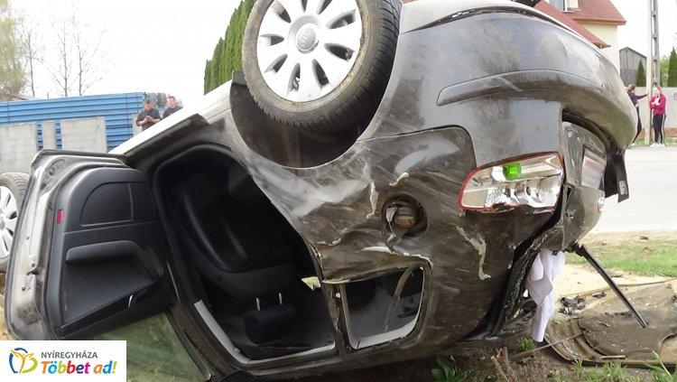 Lesodródott az útról, kerítésnek csapódott és felborult egy személygépkocsi Nyíregyházán