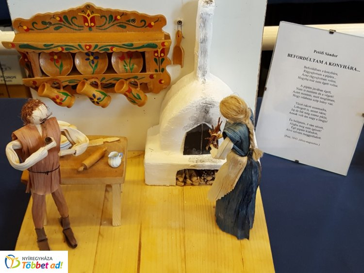 """""""Versek által született..."""" - csuhészobor kiállítás a Vasutas Művelődési Házban"""
