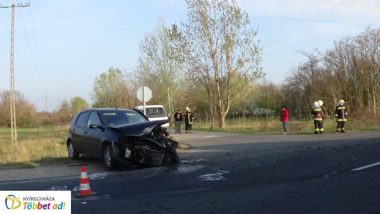 Frontálisan ütközött két jármű Újfehértónál – Hatan megsérültek