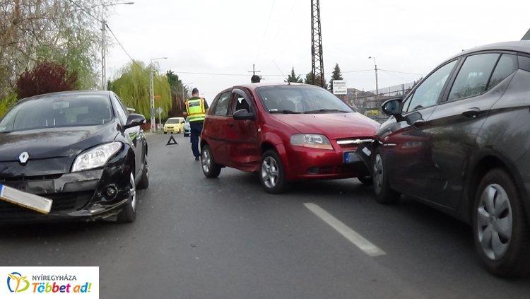 Hármas karambol a Kállói úton – Jelentős anyagi kár a balesetben