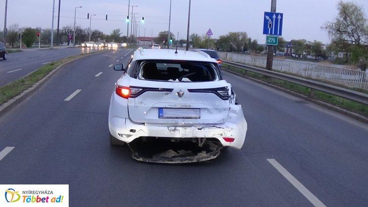Álló személygépkocsiba hajtott bele egy kamion a László utcán – Kórházban a vétlen sofőr