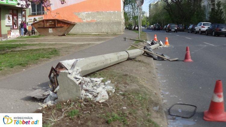Konténerszállító jármű tört ki tolatás közben egy villanyoszlopot a Kossuth utcán