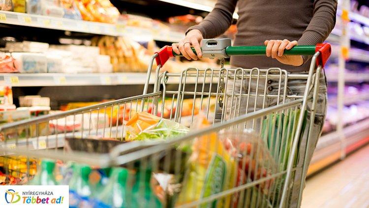 Óriási sorokra lehet számítani az üzeletekben - Jellemzően így tartanak nyitva a boltok