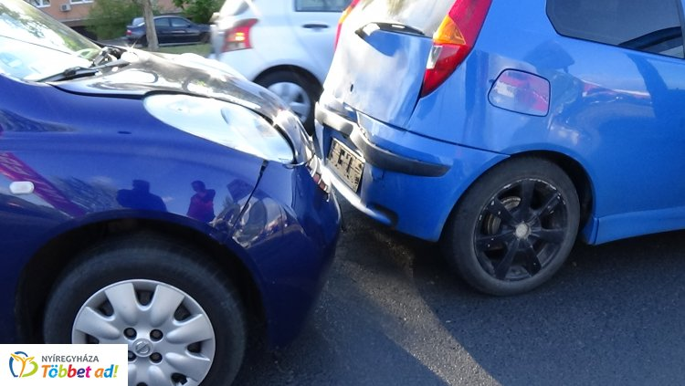 Ráfutásos baleset történt a Korányi Frigyes utcán – Anyagi kár keletkezett