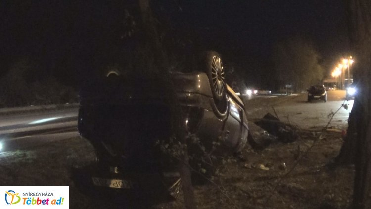 Megsodródott, fának csapódott és a feje tetején állt meg Sóstón egy autó