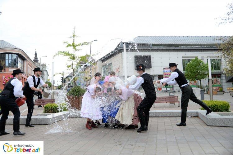 Vízzel teli kannákkal vonult Nyíregyháza belvárosában a Szabolcs Néptáncegyüttes