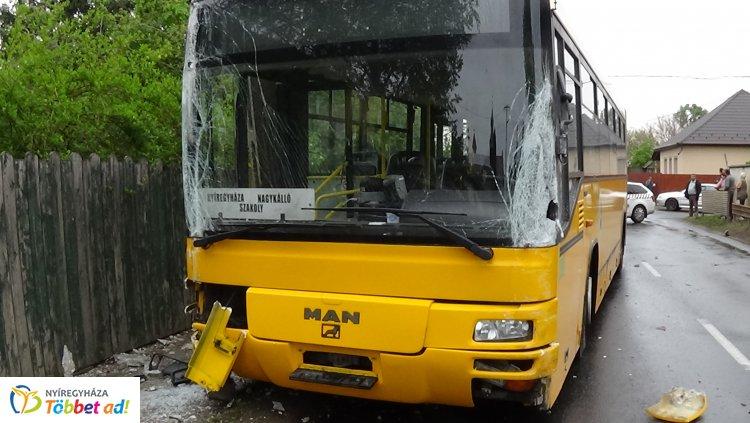 Baleset Nagykállóban – Autóbusszal ütközött egy jármű, jelentős az anyagi kár